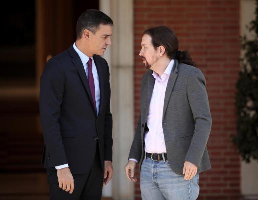 El presidente del Gobierno en funciones, Pedro Sánchez y el secretario general de Podemos, Pablo Iglesias, momentos antes de su reunión en La Moncloa, para analizar la situación en Cataluña tras la sentencia del juicio del 'procés', en Madrid, España), a 16 de octubre de 2019.