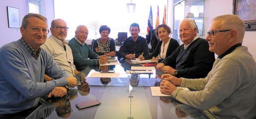 Imagen de la reunión mantenida ayer por los responsables municipales de Sant Antoni con vecinos afectados por el tornado.