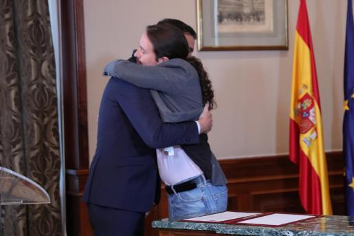 El presidente del Gobierno en funciones, Pedro Sánchez y el líder de Podemos, Pablo Iglesias, se abrazan en el Congreso de los Diputados después de firmar el principio de acuerdo para compartir un gobierno de coalición tras las elecciones generales del pasado domingo.