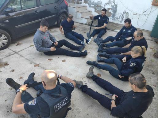 La Policía Local de Sant Antoni realizando el curso.