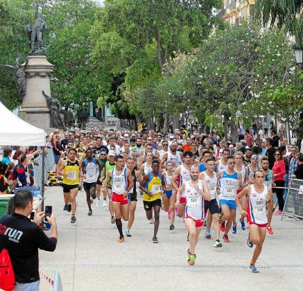 Un instante de la salida, en Vara de Rey, de la última edición de la Mini Marató Toni Costa Balanzat, celebrada el día 20 del mes pasado.