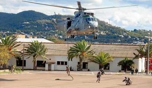 Infantes de Marina toman posiciones tras descender deslizándose por una cuerda desde un helicóptero SH3D, un 'Morsa'.
