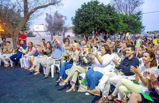 Festival de Amadiba, con el líder de la gestora del PSOE y alcalde de Sant Josep, Josep Mari Ribes 'Agustinet', y la consellera de Bienestar Social, Carolina Escandell, en primera fila.
