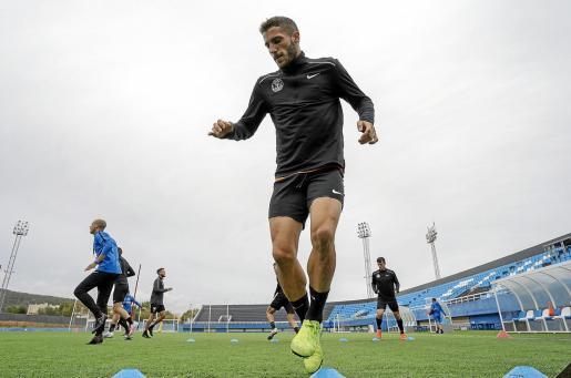 Pep Caballé, en primer término, durante la última sesión de entrenamiento de la UD Ibiza, ayer por la mañana en el estadio de Can Misses.