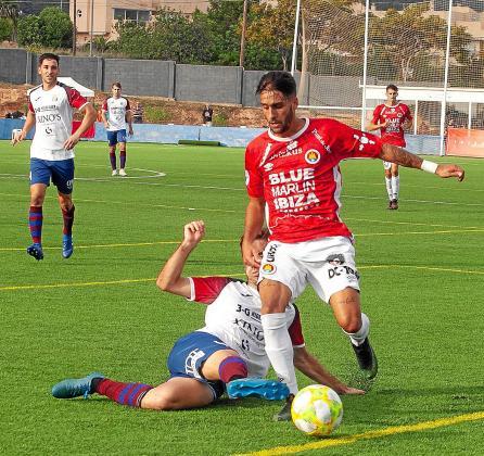 Cristian Terán, que ayer marcó dos goles, se escapa de un rival durante el duelo frente al Poblense.