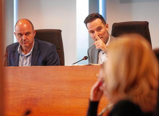 Vicent Marí y Mariano Juan, en el Pleno del pasado 25 de octubre.