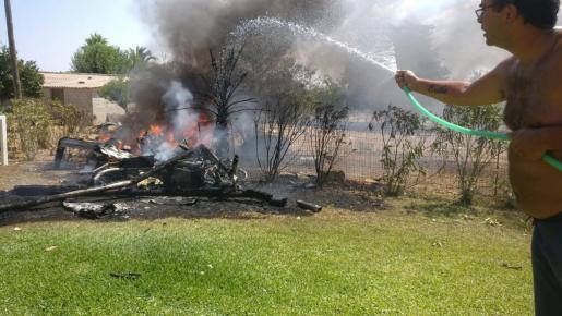 Nada más producirse el accidente aéreo los vecinos de las fincas afectadas y colindantes acudieron al auxilio de las víctimas . Con mangueras y cubos lanzaron agua para tratar de apagar las llamas.