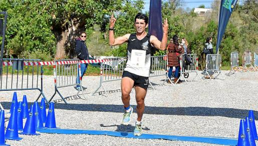William Aveiro celebra la victoria al cruzar la meta.