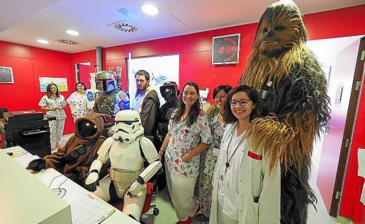 Tanto pacientes como familiares y personal del Hospital Can Misses no dejaron de hacerse fotos con los personajes durante toda la visita