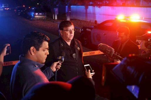La policía y los vehículos de rescate en el lugar de un tiroteo en el sureste de Fresno.