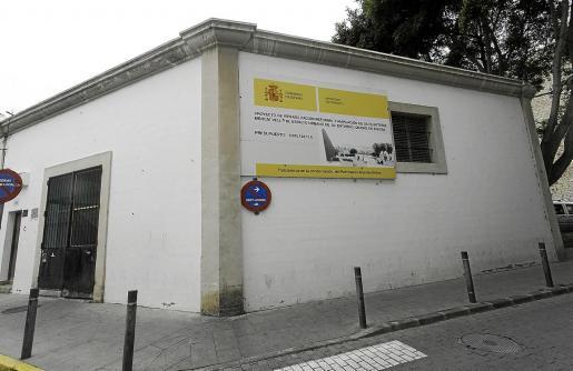 Fachada exterior de Sa Peixateria con el cartel del proyecto que no se ejecutó en la legislatura 2011-2015.