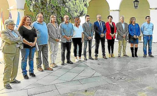 Los políticos escenificaron su unidad en el asunto de la capitalidad en el claustro del Ajuntament en 2018.