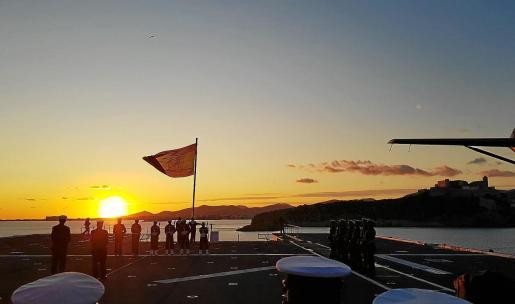 La puesta de sol y el arriado solemne de bandera dejó imágenes espectaculares con la silueta de Dalt Vila como testigo.