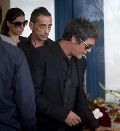 Alejandro Sanz (1.dch) y su hermano durante el sepelio de su madre, María Pizarro.