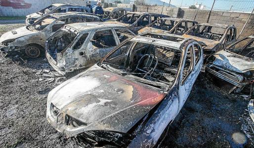 Las llamas calcinaron un total de 14 vehículos, cuatro de ellos 'taxis pirata' interceptados.