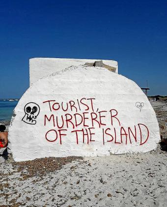 Los búnkeres de es Trenc amanecen repletos de pintadas contra el turismo. Los ultraecologistas tildan a los turistas de «asesinos», dicen que la posidonia es mejor que ellos y los mandan «al infierno».
