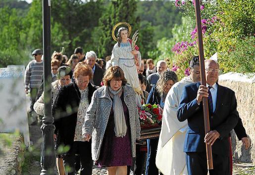 La nueva imagen vivió ayer un día muy intenso. A las 12.30 horas comenzó la misa en la iglesia de Sant Rafel, luego fue consagrada en el interior del templo y finalmente salió en procesión.