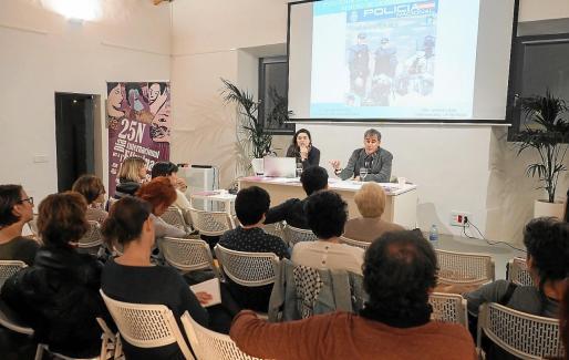 El comisario jefe de Ibiza, Manuel Hernández, y la subinspectora de UFAM, Jimena López, durante su intervención.