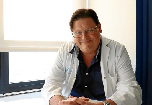 El jefe del Servicio de Medicina Interna Ramón Canet, en su consulta del hospital Can Misses.