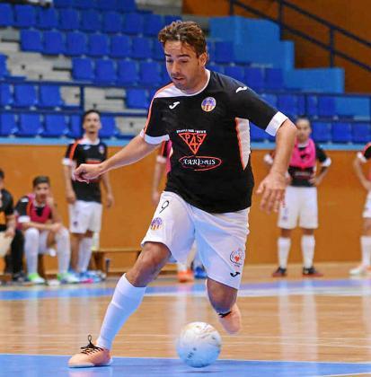 Estefan, del Harinus Ibiza Futsal, conduce el balón durante un partido de esta temporada.