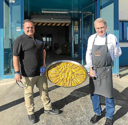 Pere Valera y Pedro Tur, mostrando el arroz de ayer.