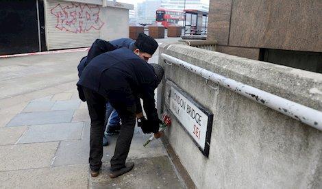 Ciudadanos dejan flores en el Puente de Londres un dia después del atentado