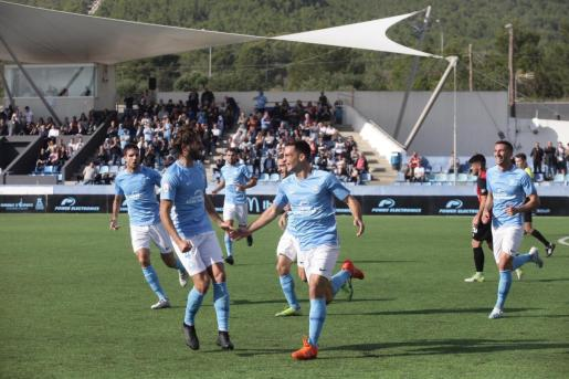 Rodado, en un momento de la celebración de uno de los dos goles que marcó ayer.