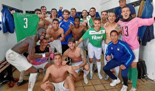 Los jugadores del San Rafael celebran la victoria conseguida ayer en Inca.