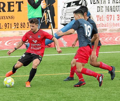 Juanca recibe la presión de dos jugadores.