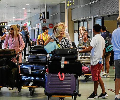 Imagen de archivo de turistas en el aeropuerto de Ibiza.