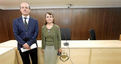 El juez decano de Ibiza, Juan Carlos Torres, y la secretaria coordinadora del TSJIB, Josefa Juan, en la sala de vistas.