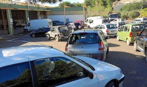 Varios vehículos esperan para pasar la Inspección Técnica en Ibiza.