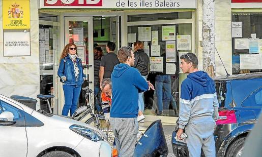 Un grupo de personas esperan turno en una de las oficinas del SOIB.