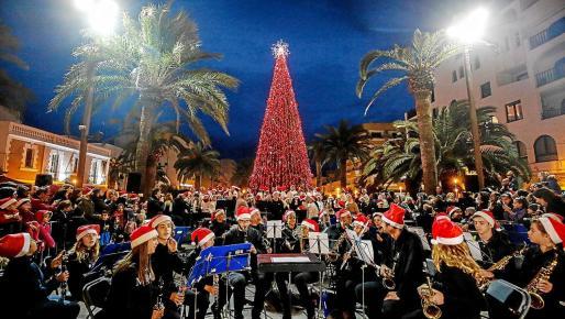 El emblemático acto del encendido de las luces de Santa Eulària tuvo lugar un año más ante una gran expectación en la Plaza de España, junto al edificio del Ayuntamiento.