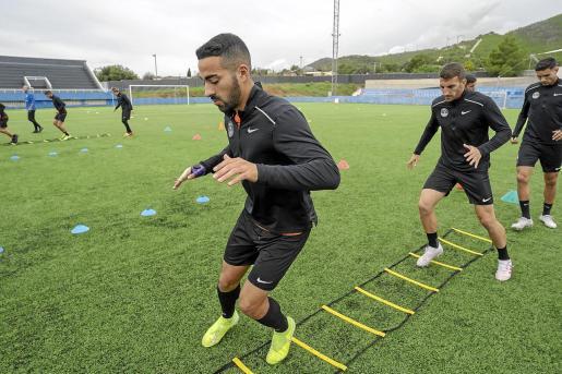 Rubén González realiza un ejercicio durante un entrenamiento.