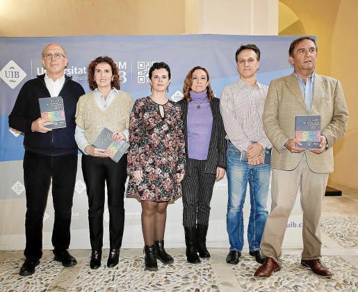 De izquierda a derecha, algunos de los autores del Anuari de l'Educació de les Illes Balears 2019: Lluís Ballester (director de la publicación), Catalina Cebrián, Mercedes Martínez, Caterina Llull, Miquel Àngel Guerrero y Juan Félix Cigalat.