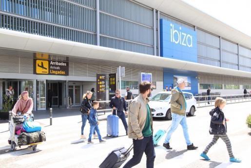 Turistas llegando al aeropuerto de Ibiza en una foto de archivo