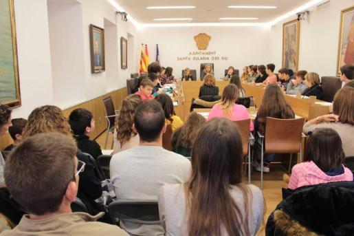 Los niños han hecho sus propuestas durante el pleno, presidido por la alcaldesa, Carmen Ferrer