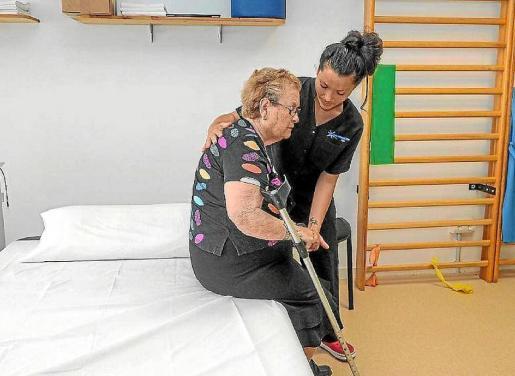 Una trabajadora de Aemif atiende a una paciente durante una jornada de puertas abiertas en 2017.