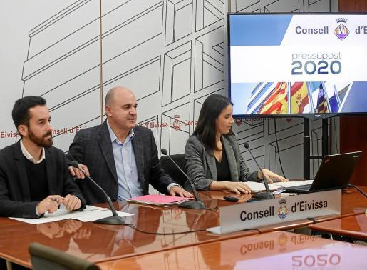 Víctor Torres, Vicent Marí y María Fajarnés durante la presentación de las cuentas públicas de 2020.