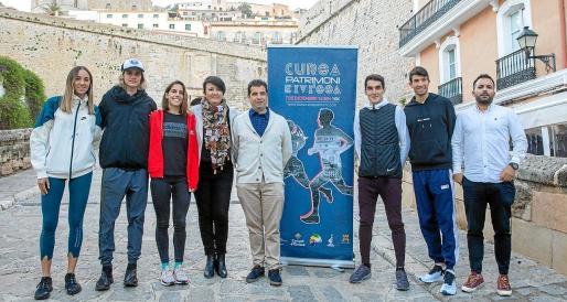 Los atletas más relevantes de la carrera posan junto a la organización y varios representantes políticos, ayer en el Portal de ses Taules.