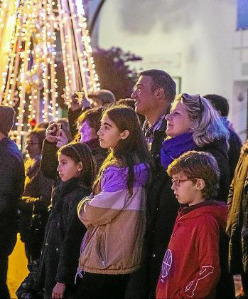 La alegría y la ilusión se dejaron ver con el encendido navideño de Sant Josep.