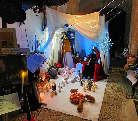 Un año más, esta familia abre las puertas de su casa en Dalt Vila para disfrutar de la Navidad.
