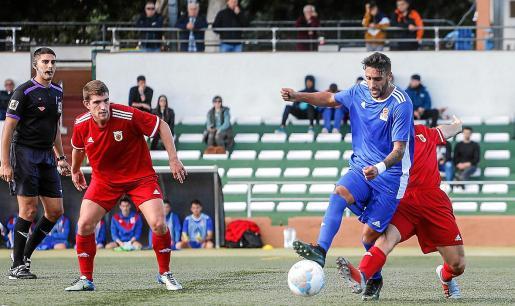 Cristian Terán recibe la entrada de un jugador cántabro durante el partido de ayer.
