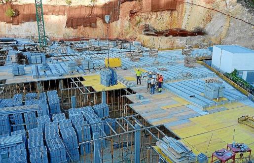 El Consistorio paralizó las obras en el mes de octubre y, aún así, hubo trabajadores en la zona.