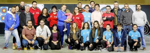 Distintas generaciones de arqueros y aficionados se citaron ayer en el Centro Víctor Juan para disfrutar de una exposición y una exhibición.