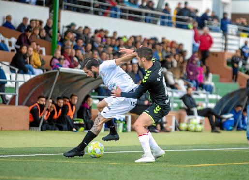Andrada aguanta el balón ante un jugador del Rayo Majadahonda, en un partido de esta temporada.