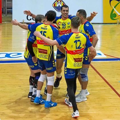 Los jugadores del Ushuaïa Ibiza Vóley celebran un punto durante el choque de ayer contra el Melilla.