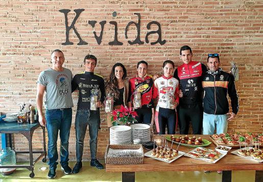 Los mejores corredores de la Challenge K-Vida posan juntos durante la entrega de premios.