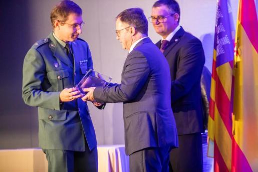 El Comandante Enrique Gómez recoge un galardón.